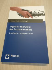 """Foto: Cover des Buches """"Digitaler Wandel in der Sozialwirtschaft"""", herausgegeben von Helmut Kreidenweis"""